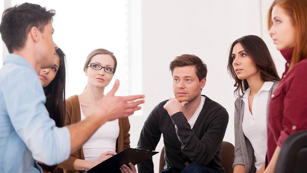 Oameni care participă la o activitate de tip focus grup față în față.