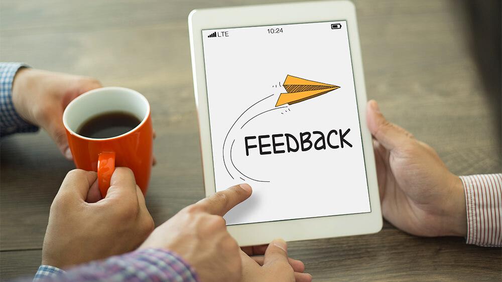 Bărbat care explică avantajele de a primi feedback în retail.