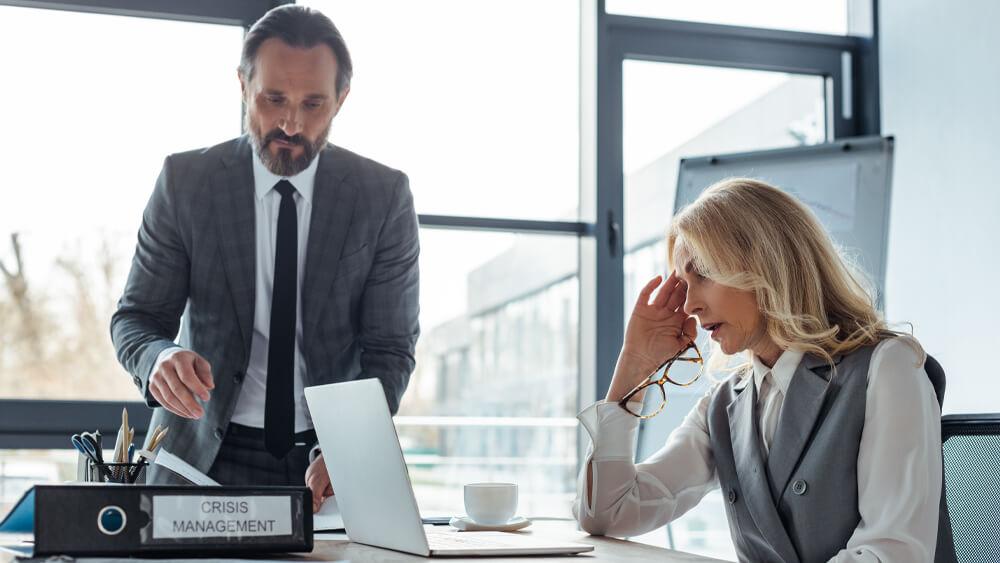Oameni de marketing care caută strategii pentru a gestiona crizele de comunicare