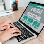 Bărbat care stă la laptop și se informează despre marketingul de conținut în campaniile prin SMS