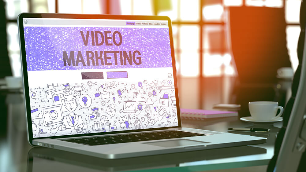 Ecran de laptop care conține o prezentare despre video marketing