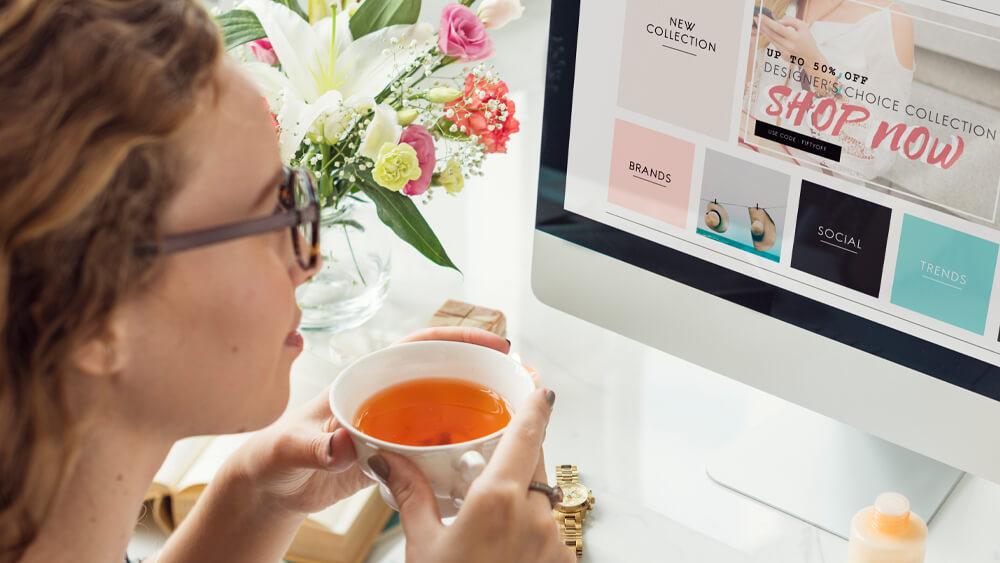 Femeie care face cumpărături online