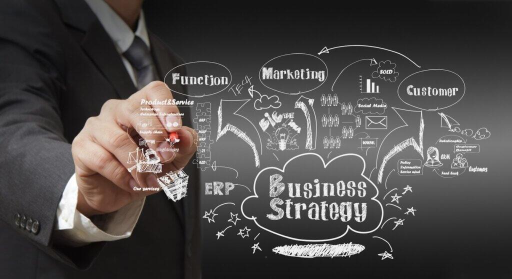 Bărbat care creează o strategie de promovare