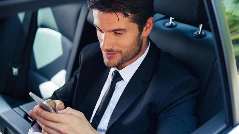 Bărbat care comunică prin SMS chat