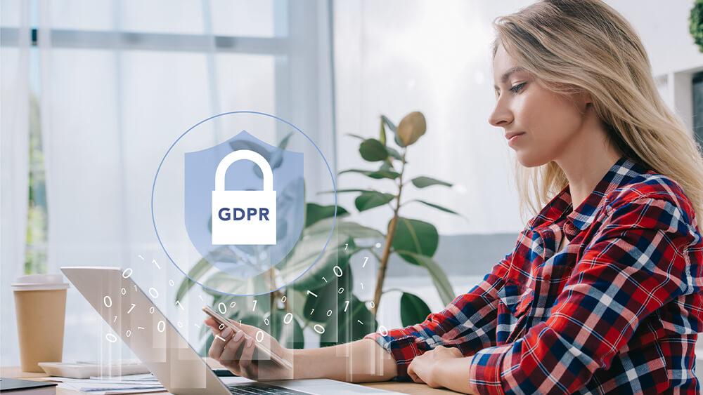 Femeie care verifică reglementările GDPR