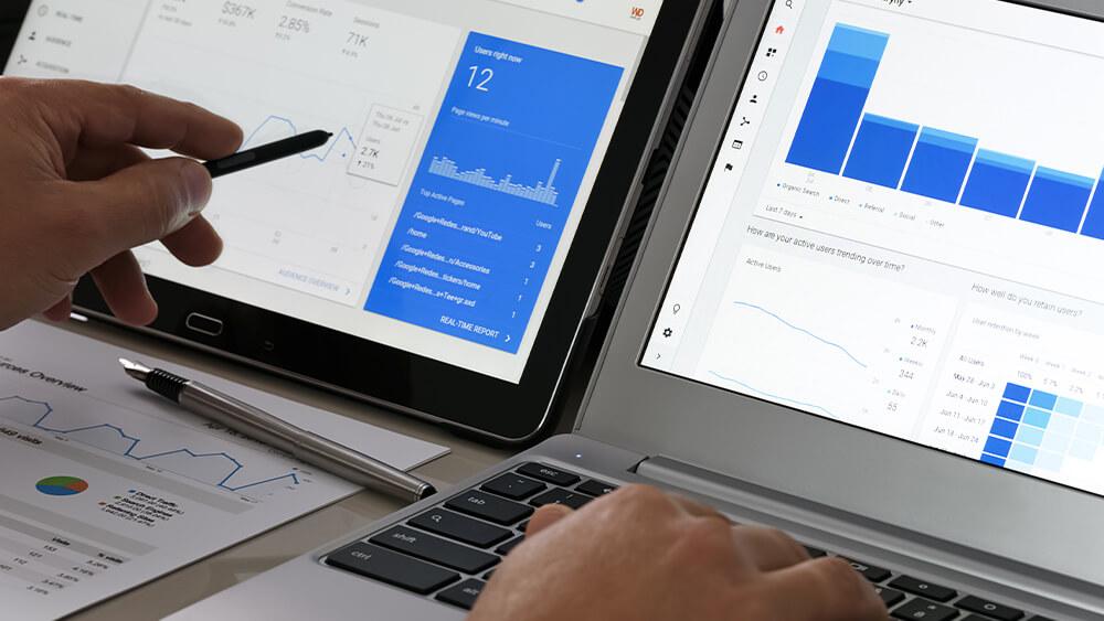 Bărbat care utilizează Google Analytics ca parte a strategiei Data Driven Marketing