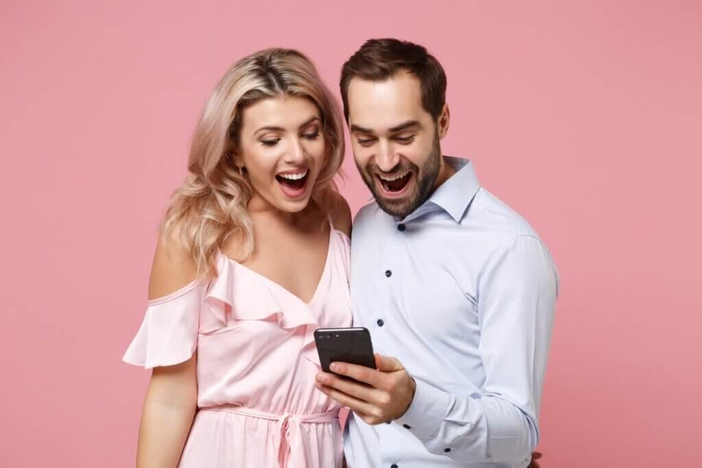 Clienți care se bucură când primesc SMS de ziua de naștere din partea brandului preferat