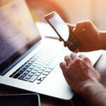 Bărbat la laptop care caută modalități pentru optimizarea campaniilor de marketing prin SMS