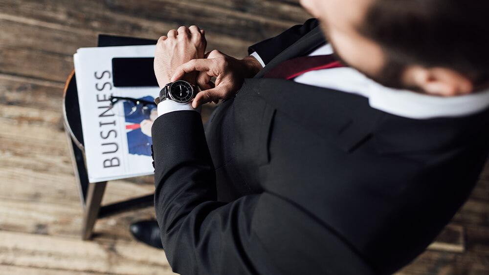 Bărbat care verifică ceasul