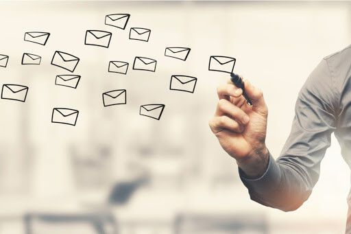Ilustrație care sugerează trimiterea SMS-urilor