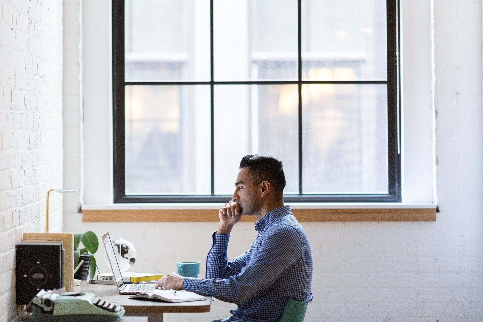 Bărbat care stă la laptop