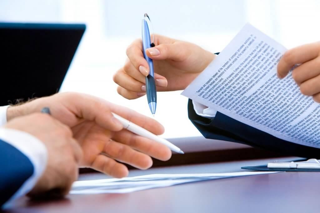 Oameni care semnează un contract de parteneriat