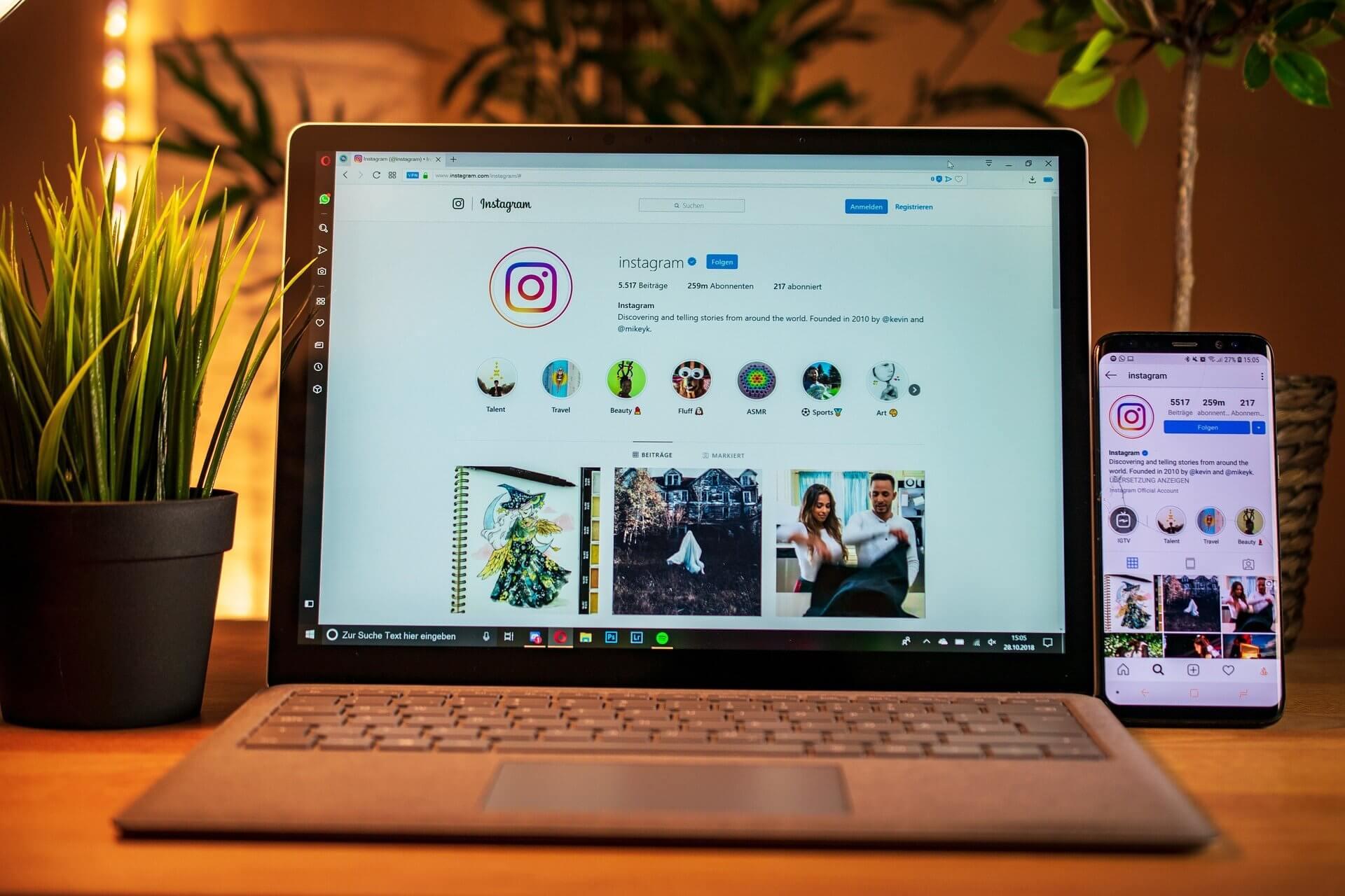Laptop care este deschis pe pagina de Instagram
