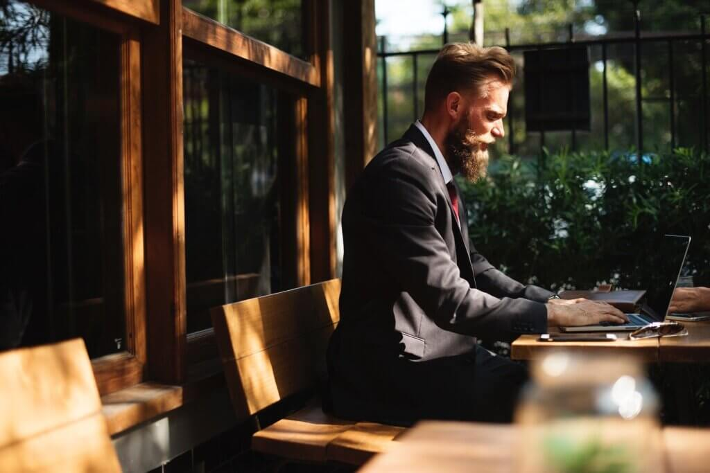 Antreprenor care folosește serviciul SMS Gateway pentru a trimite mesaje clienților