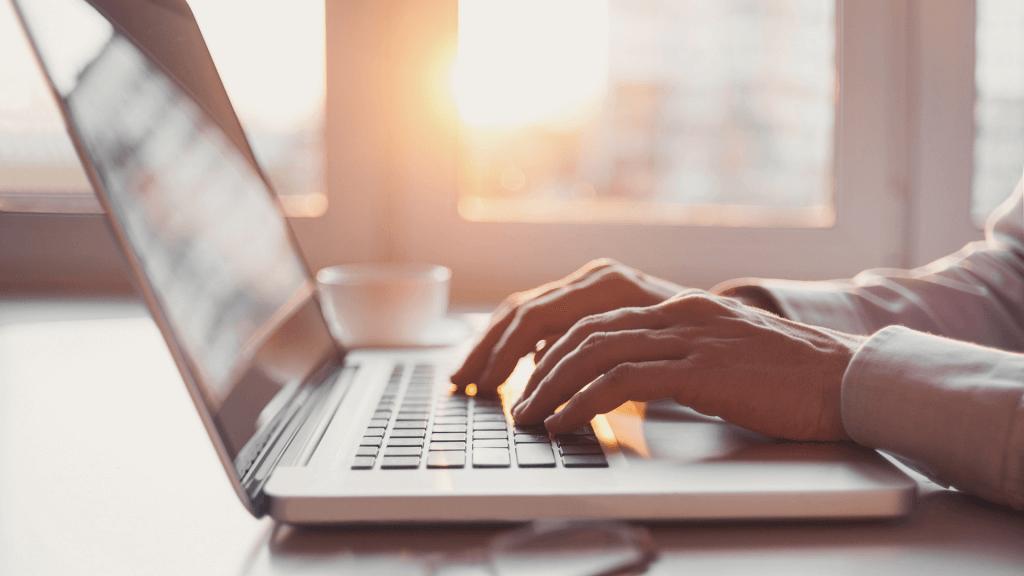 Bărbat care construiește o strategie de marketing mobil la laptop