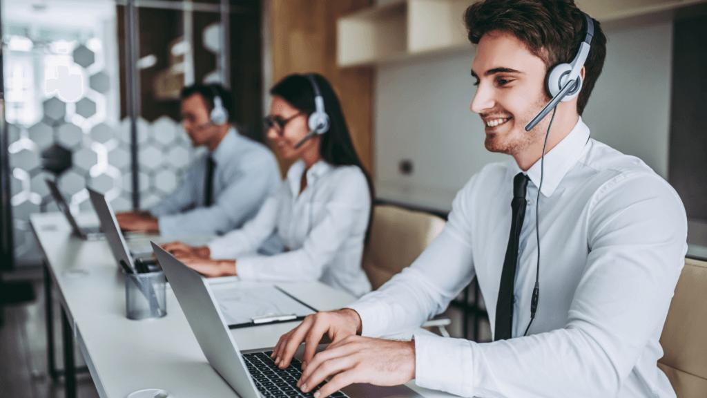 Agenți care lucrează într-un call center