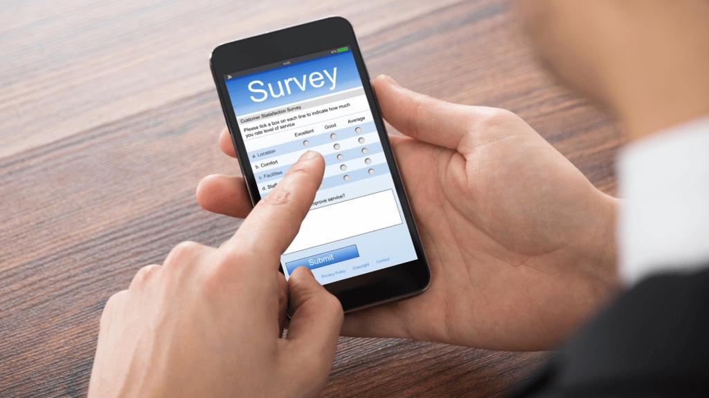 Bărbat care răspunde la un sondaj pe telefonul mobil