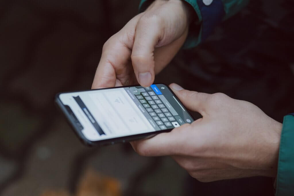 Bărbat care utilizează telefonul mobil pentru comunicarea prin SMS