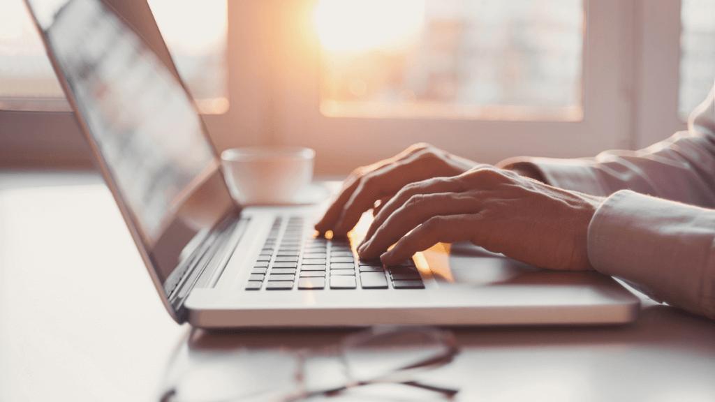 Bărbat care utilizează laptopul