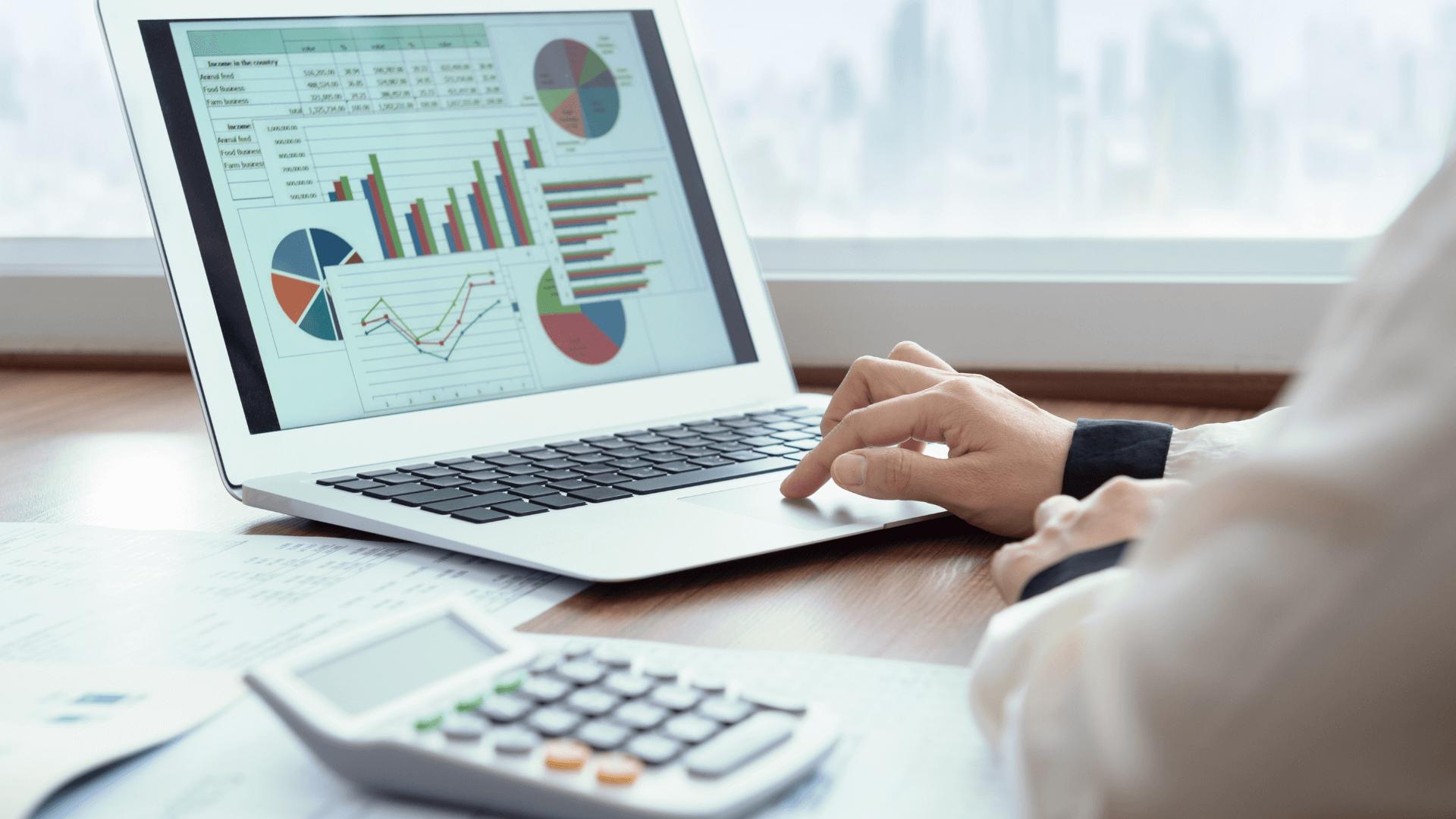 Bărbat care analizează statistici pentru segmentarea pieței