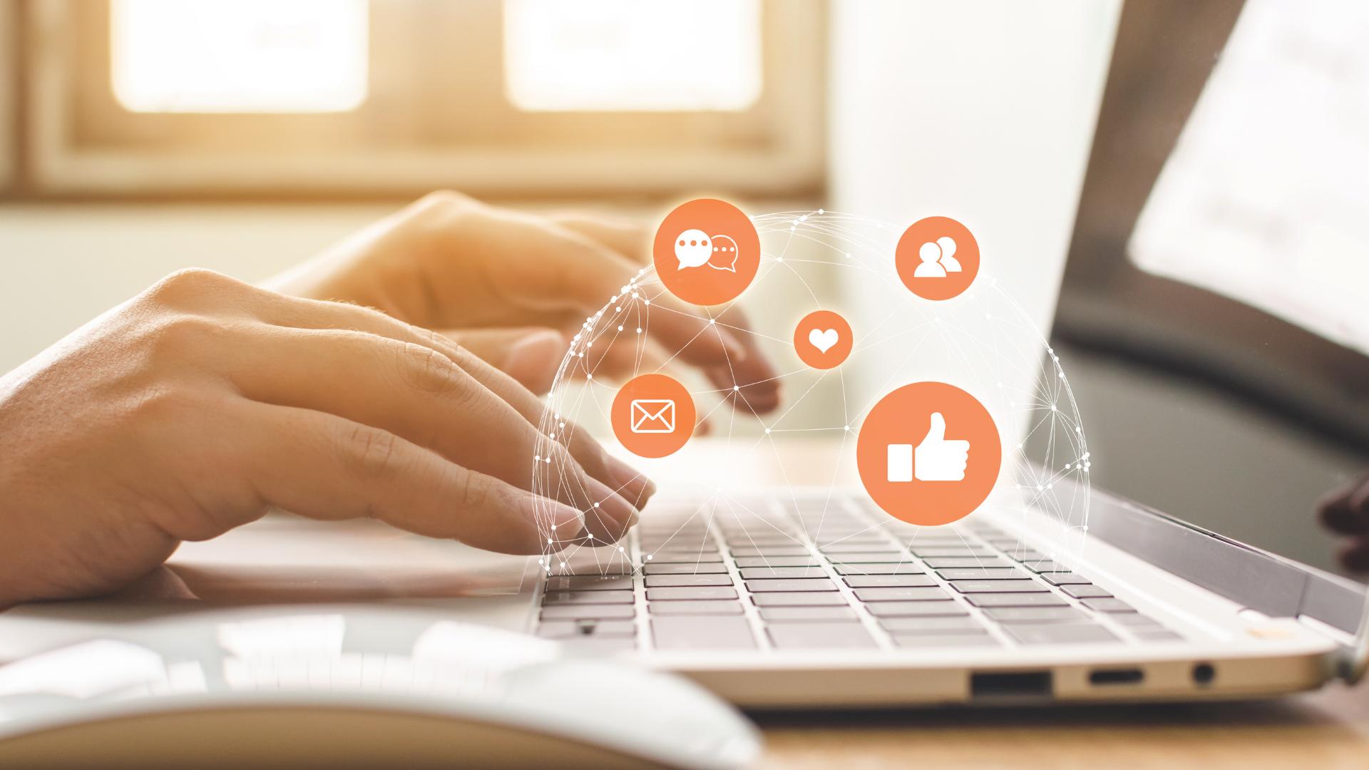 Femeie care utilizează laptopul pentru a căuta tehnici de marketing online
