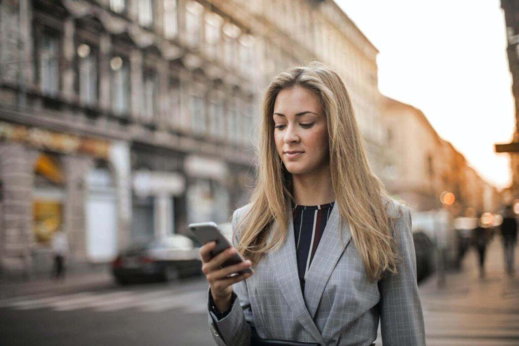 Femeie care utilizează telefonul mobil