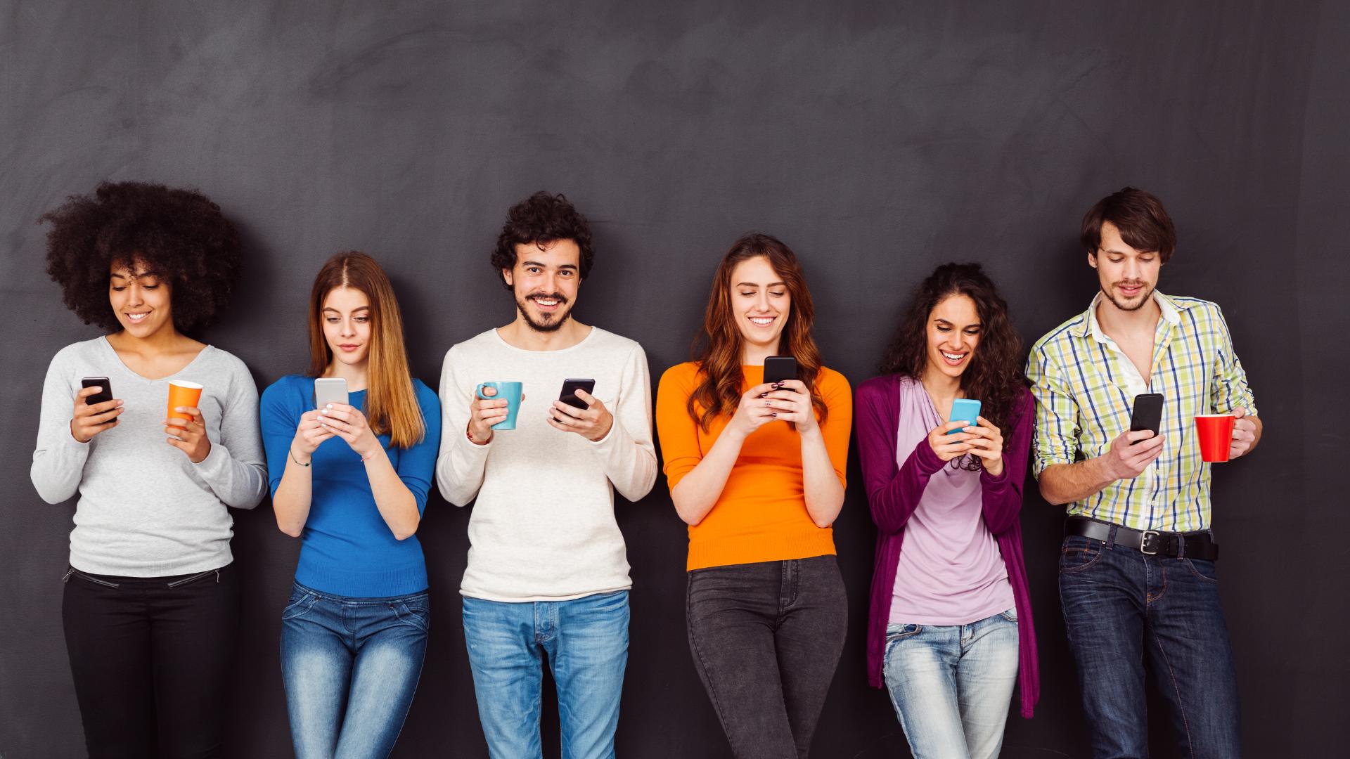 Tineri care utilizează telefonul mobil