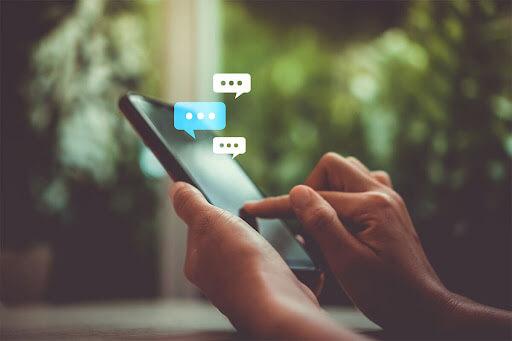 Ilustratie barbat care comunica prin SMS